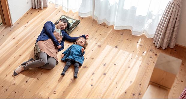 無垢床で親子が寝転んでいる写真